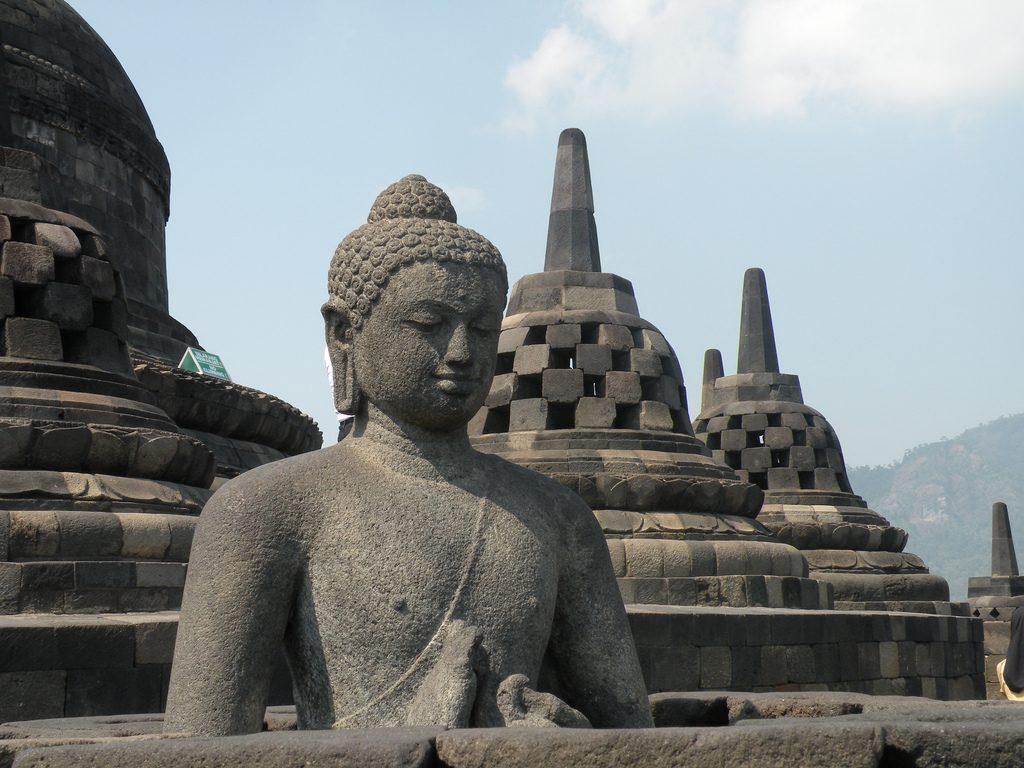 Buda no Templo de Prambanan em Java, Indonésia